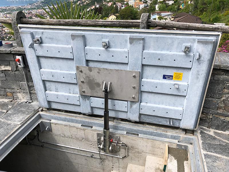 Uscita d'emergenza con sistema idraulico (B125)