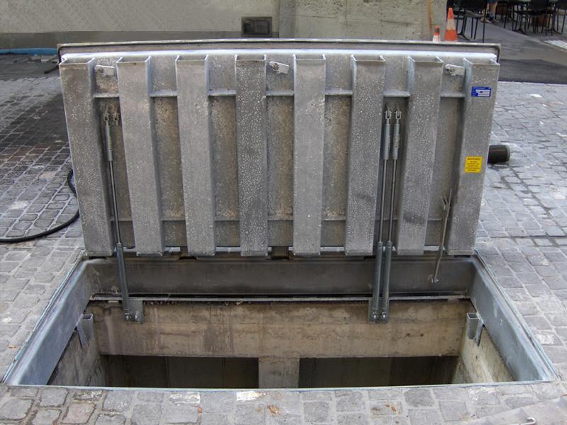 Bodentor mit Gasfederstäben D400