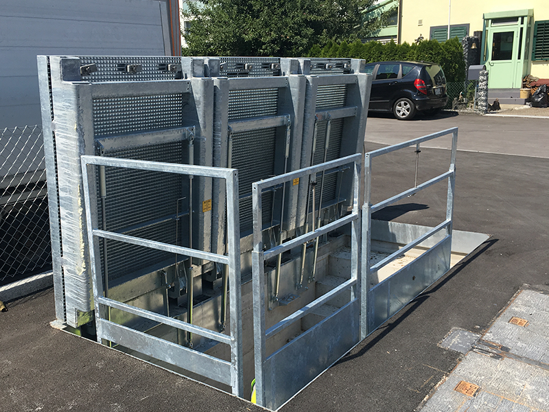 Floor gate with gas struts D400