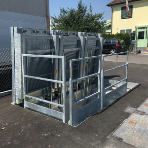 Floor gates with gas struts (D400)